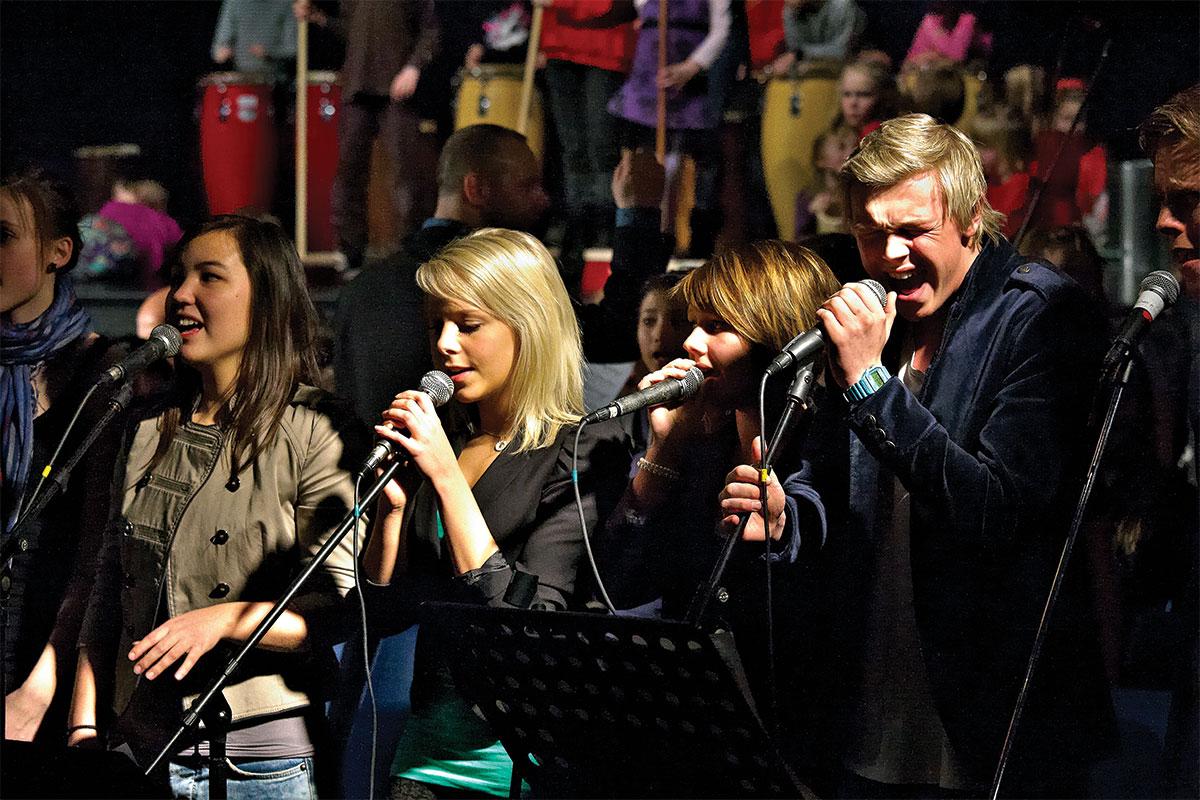 4 unge mennesker synger